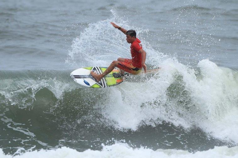 alax-soares-hang-loose-surf-attack-foto-munir-el-hage