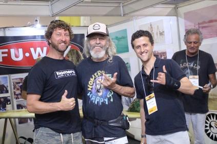 Eduardo da Silveira (Escola Surfistas para Sempre), Homero Naldinho (shaper legend), João Carlos Godoy (blog Surfista Paulistano) e Fuad Mansur (ao fundo, proprietário da marca de parafinas FuWax)