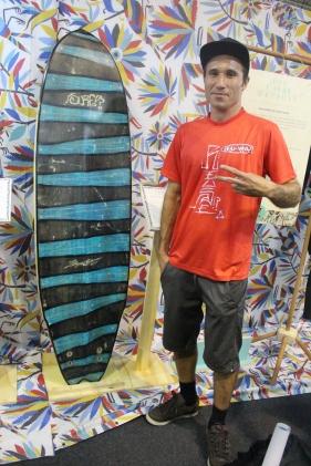 Shaper Flipe Blanco, ao lado de sua criação reciclada no stand da marca Vissla