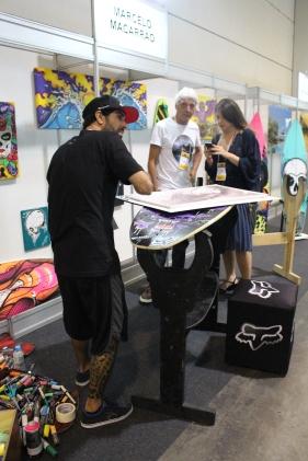Artista Marcelo Macarrão e Sebastian Rojas (ao fundo)