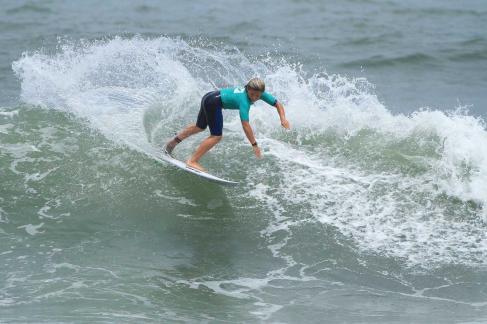 leo-casal-hang-loose-surf-attack-foto-munir-el-hage1