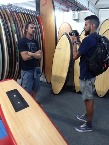 Gura Arruda, da Powerlights em entrevista para o Surfista Paulistano, com o videomaker Fernando Pereira