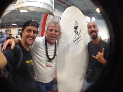João Carlos Godoy, editor do Surfista Paulistano, com Delton Menezes, da Classic Longboards e o videomaker Newton Santos