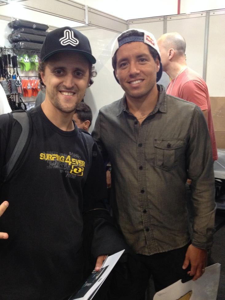 João Carlos Godoy, editor do Surfista Paulistano, com Adriano de Souza, campeão mundial de surf profissional 2015